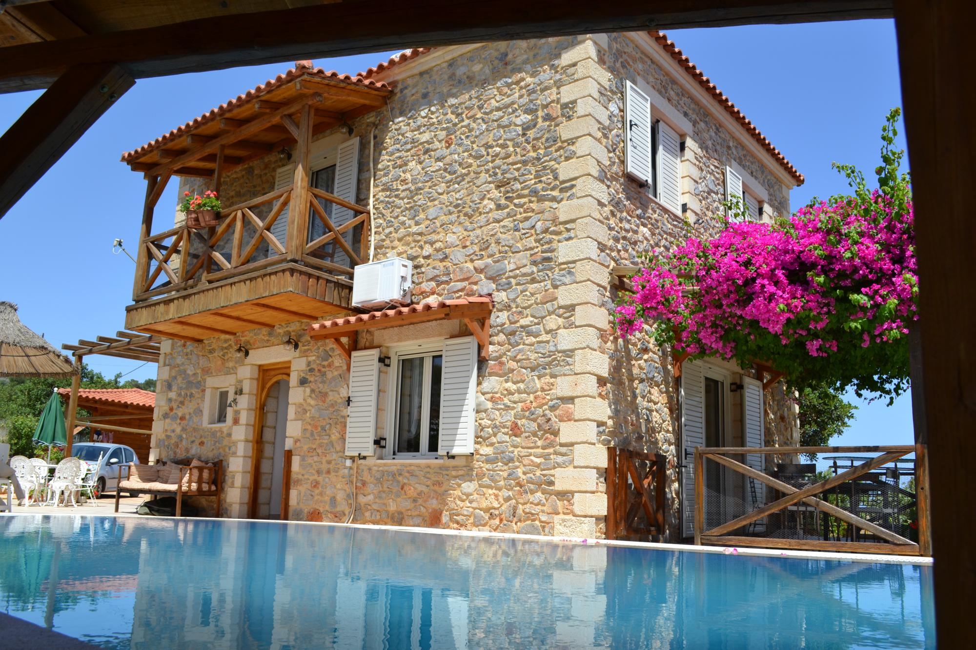 Detached stone villa with pool and sea views
