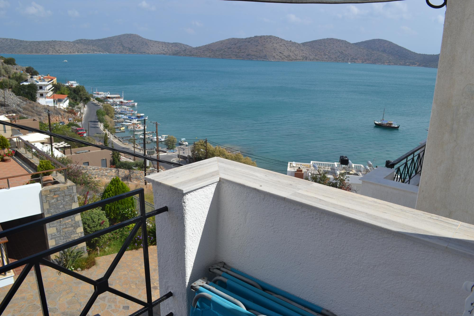 Comfortable fully furnished one bedroom apartment. Amazing sea views.