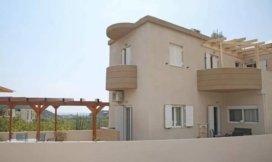 Two bedroom ground floor apartment with sea views from courtyard. Makrigialos.
