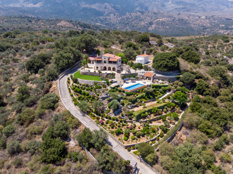 Elegant 4 bedroom villa with sea views, swimming pool, pool bar near Chania
