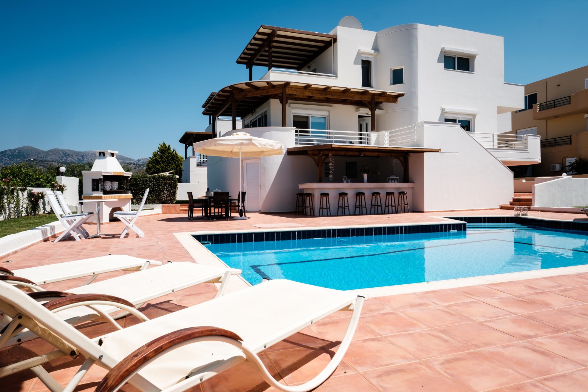 Wonderful 3 bedroom villa with swimming pool and sea views.