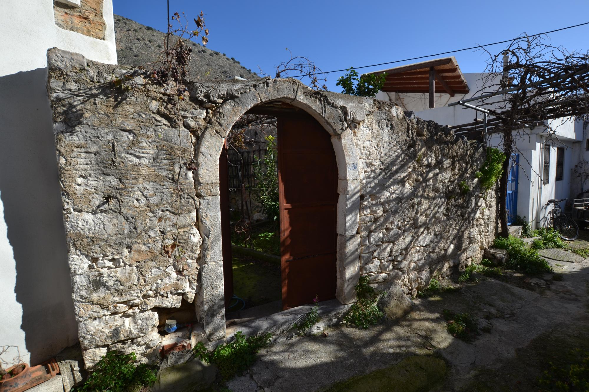 Stone house with courtyard and roof terrace. Limnes