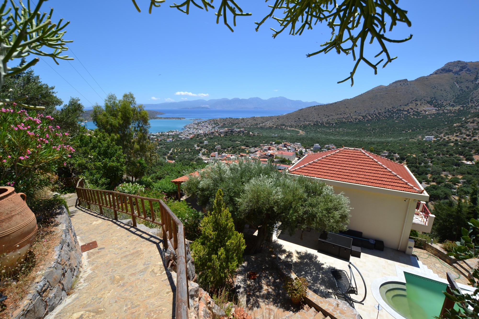 4 bedroom villa with spectacular views, pool and garden.
