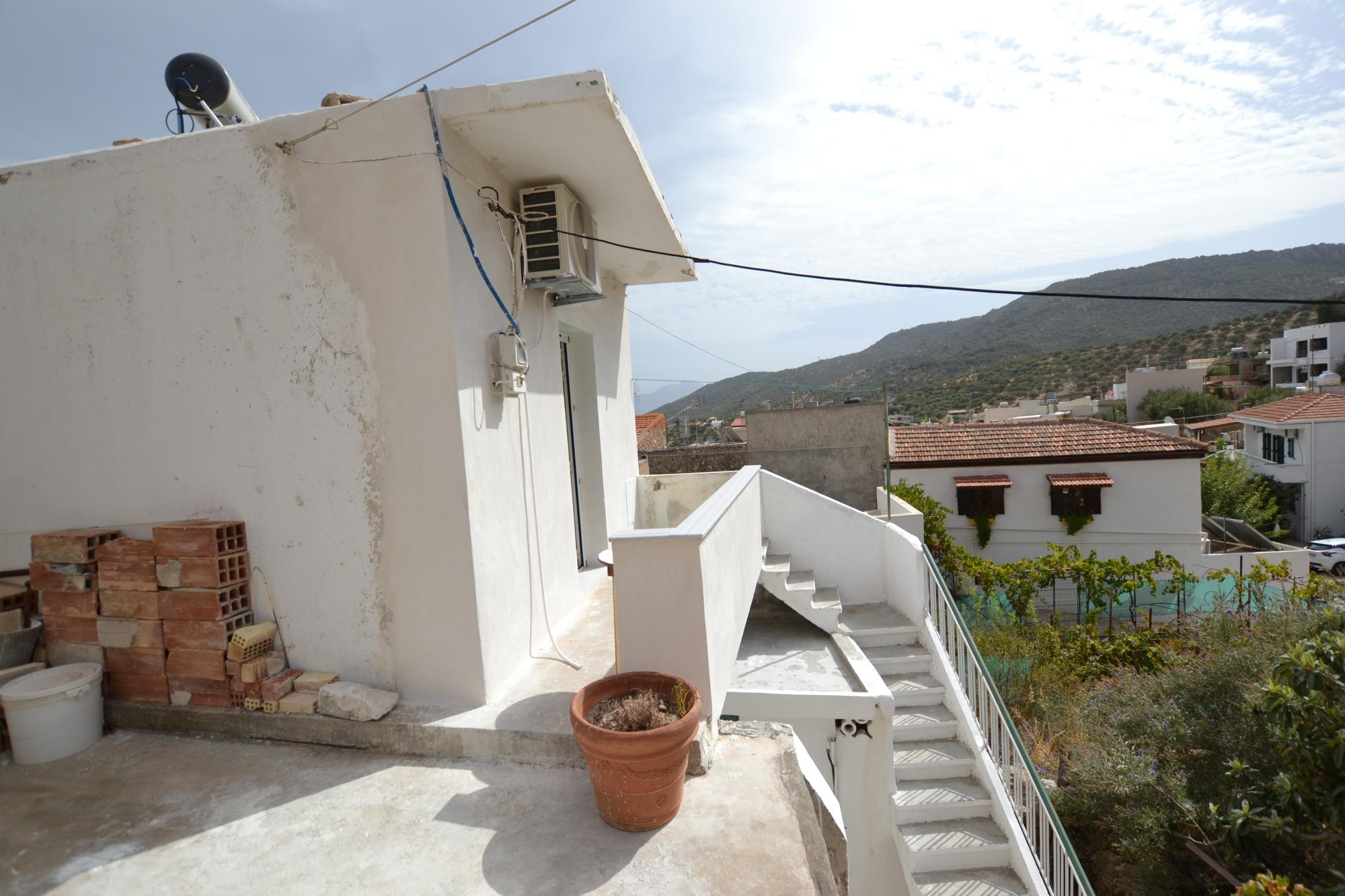 1 or 2 bed house within short walk to the center of Kritsa. Parking nearby.