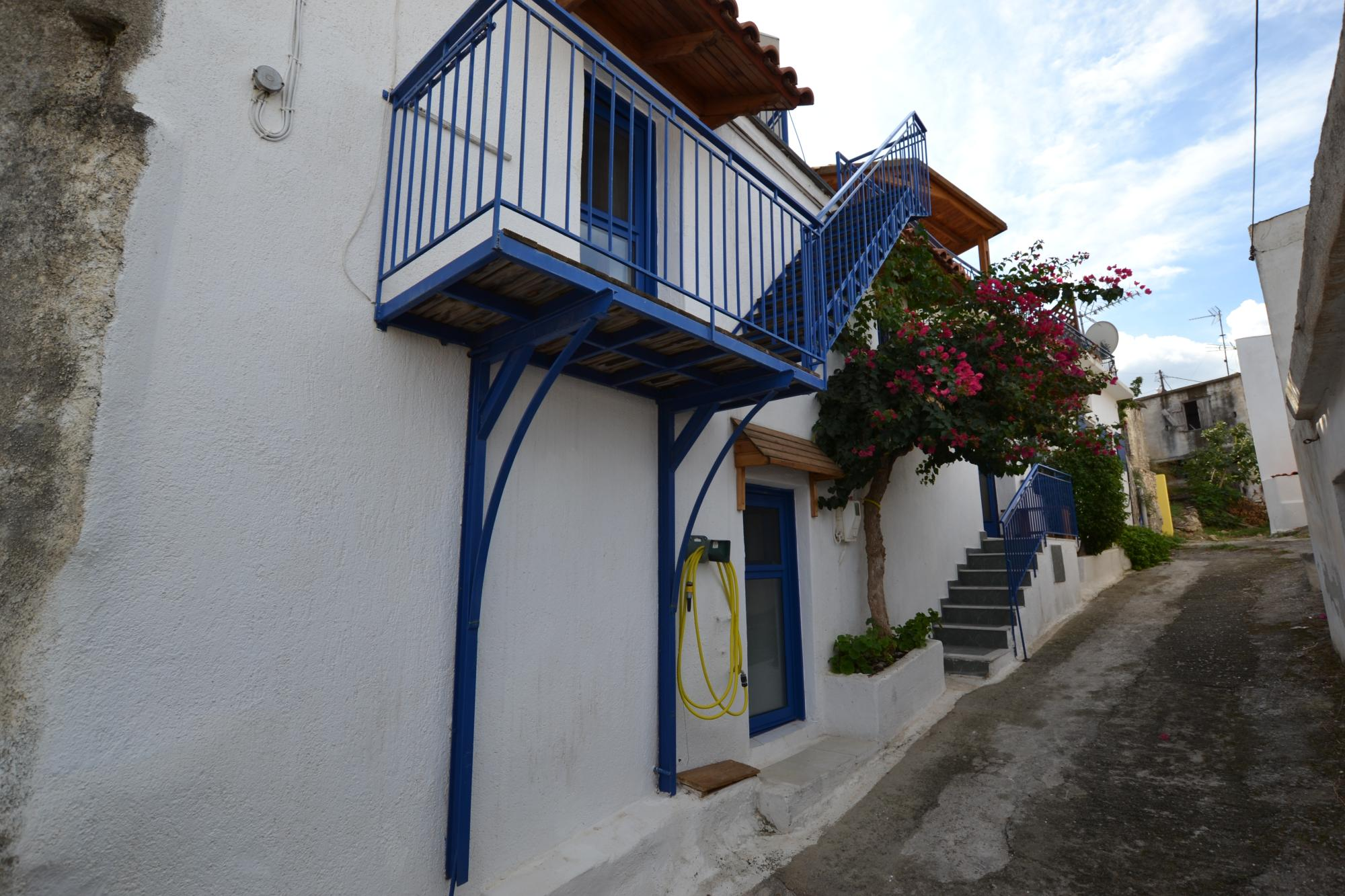 2 bedroom renovated stone house with roof terrace. Sea Views /close to beaches.