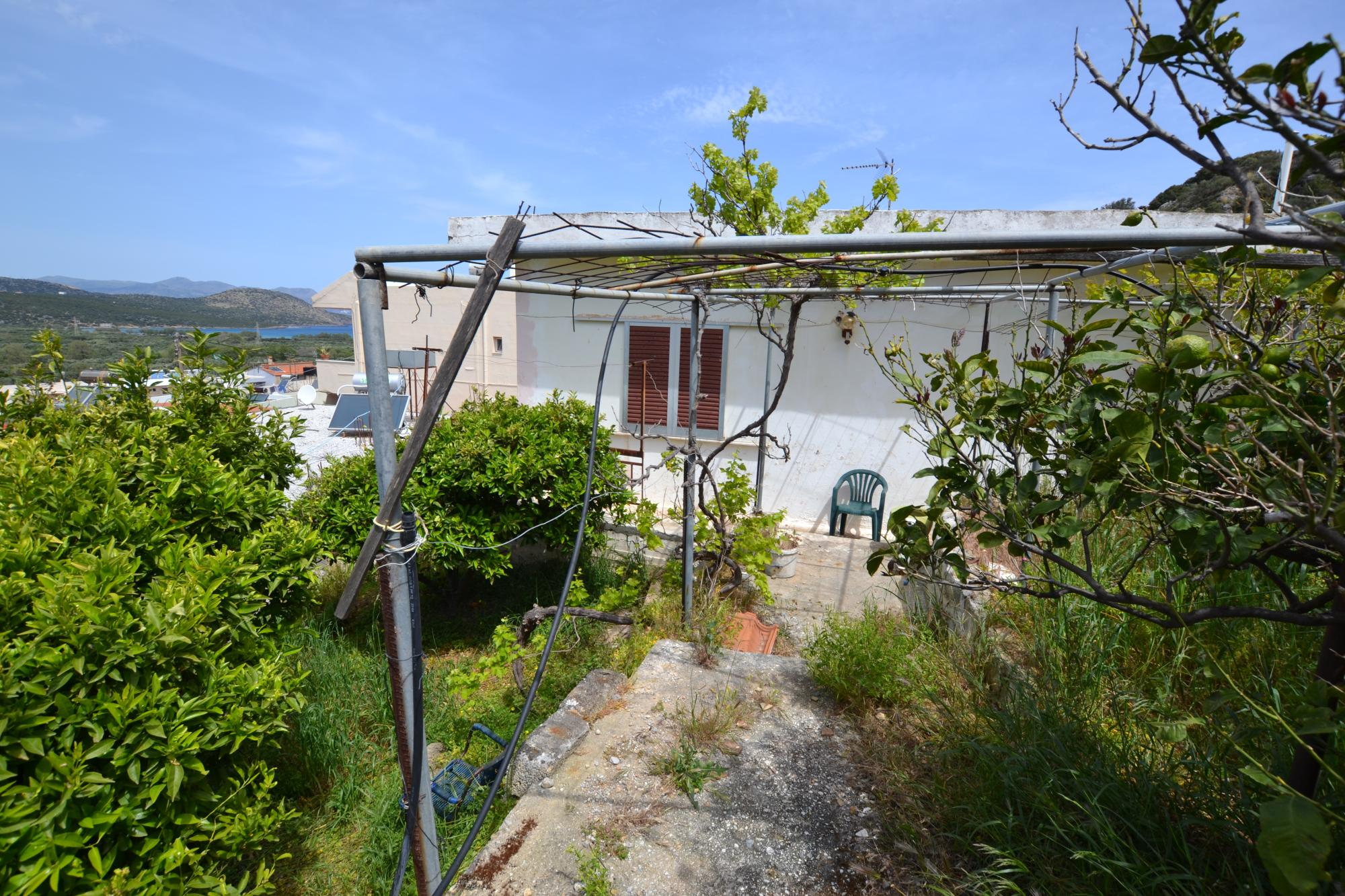Detached house for reno with sea views on private land. Possible to expand.