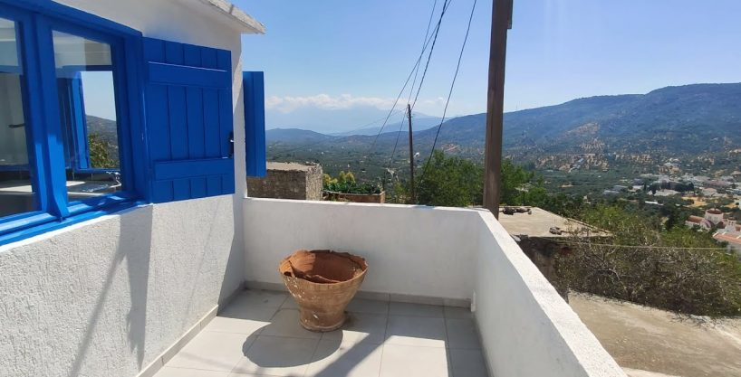 One bedroom village cottage with nice views, roof terrace.